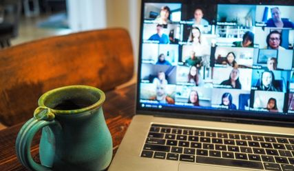 Notebook bei Videokonferenz mit Tasse Tee - Copyright: Chris Montgomery (unsplash)